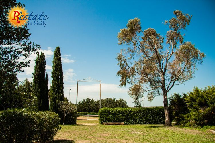 A Sambuca di Sicilia, on the shores of Lake Arancio is a sports structure now used as riding school with 14 boxes to house horses, covered a large barn, a dance and exercise the manor house of 90 sqm. and a small apartment for the caretaker.The prope...