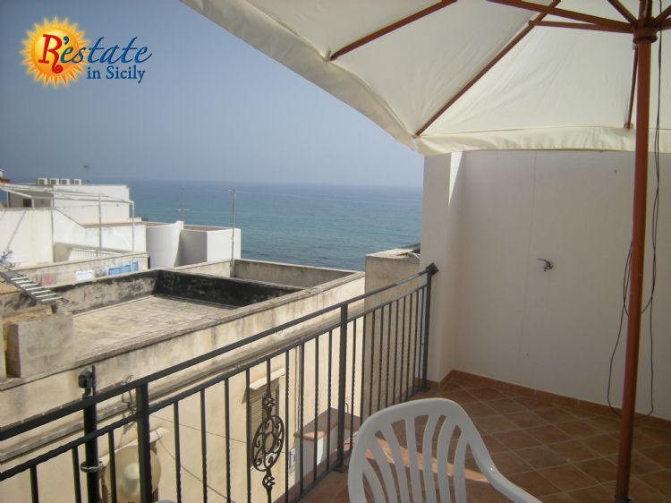 This beautiful property is  located in Marinella di Selinunte, a suburb  of Castelvetrano counting little more  than thousand inhabitants. The place was built at the end of 19th century as a harbor for fishermen, widening up along the strand bea...